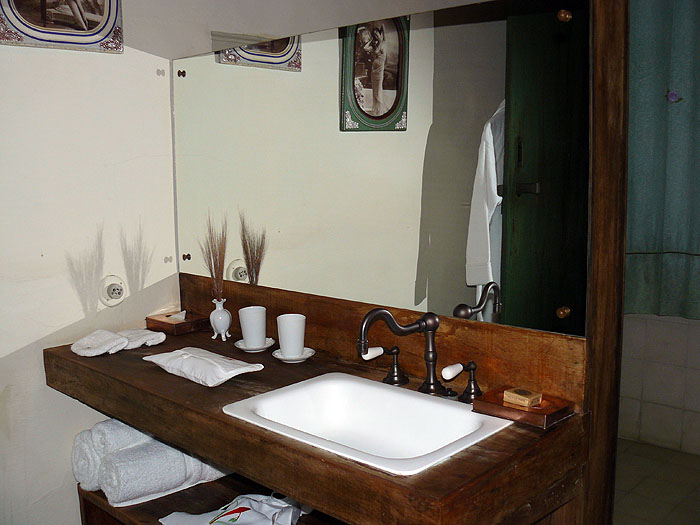 BR0911SM397_reserva-do-ibitipoca-bathroom.jpg [© Last Frontiers Ltd]