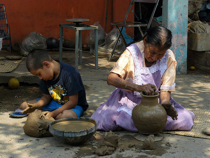 MX0511SM0192_dona-sofia-and-family-black-pottery-san-bartolo-coyotepec.jpg [© Last Frontiers Ltd]