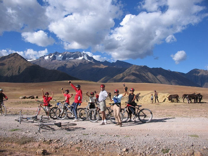 PE0607AZ2_Family-biking.jpg [© Last Frontiers Ltd]